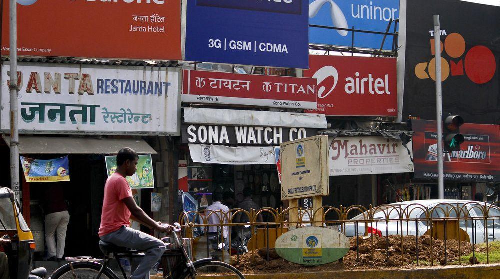 Telenors eventyr i India har så langt vært preget av sterk kundevekst, men regulatoriske problemer har gjort det til en katastrofe. På bildet reklamerer en rekke operatører, blant annet Telenoreide Uninor, til markedet i Mumbai.