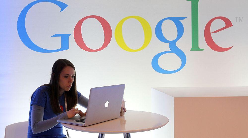 Vi klikker som aldri før på annonser levert av Google, men selskapets resultater tynges av underskudd i Motorola Mobility.