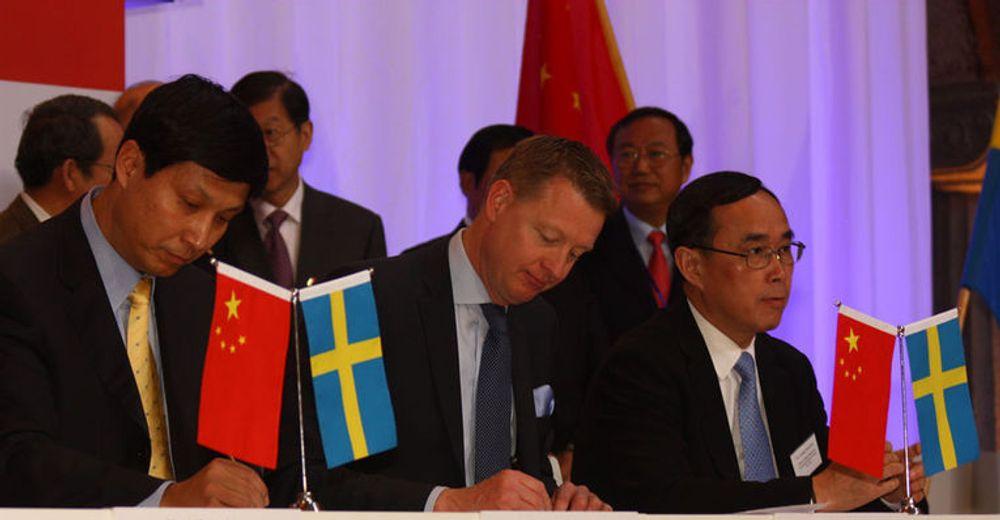 Ericsson-sjef Hans Vestberg signerer, sammen med visepresident Liu Xiangdong i China Mobile (til venstre) og styreformann Chang Xiaobing i China Unicom (til høyre).