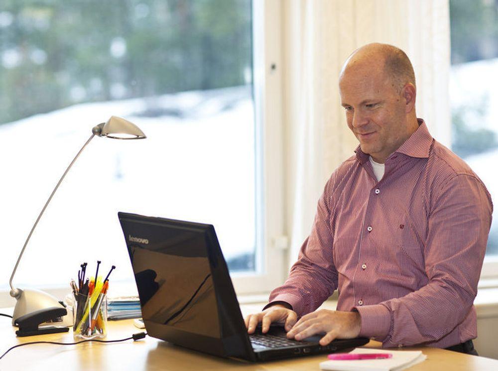 Henrik Eskilsson i Tobii slipper mange musbevegelser når han kan styre pc-en med blikket. Tobii har samarbeidet med Lenovo for å lage 20 prototyper på bærbare pc-er med innebygget øyesporingsteknologi.