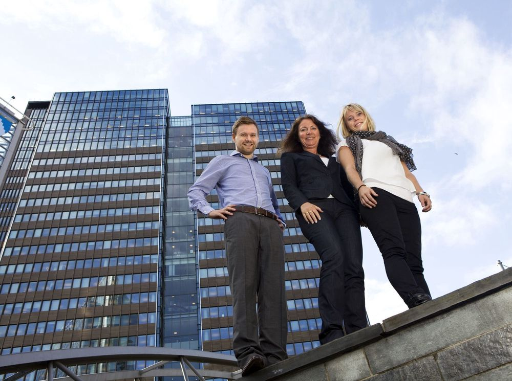 HR-direktør Solfrid Skilbrigt (i midten) med sivilingeniør Marianne Wiik Øberg og siviløkonom Eivind Thorsrud Willard – begge nyansatte og i gang med Sterias graduate-program.
