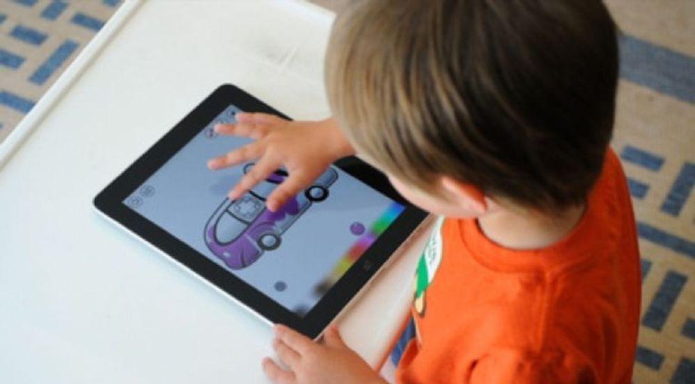 Barn begynner tidlig med IT, men kan ikke koble seg på Facebook før de er 13 år. Men millioner av barn skal ifølge Consumer Report lyve på alderen. Nå ser Facebook på muligheter for å tillate barn adgang.