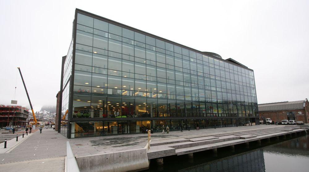 Friprogsenteret, her representert ved bygget der de holder til ved Papirbredden i Drammen, er sterkt uenig i fremstillingen av  fri programvare som en «monopolfelle».