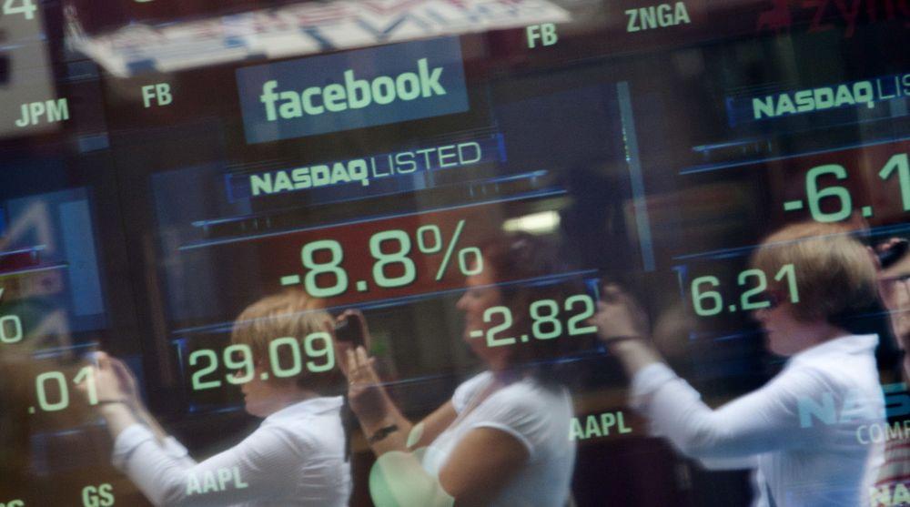 Facebook falt videre på Nasdaq-børsen tirsdag. Siden selskapet ble børsnotert i midten av mai har nesten en fjerdedel av verdien blitt barbert vekk. Bildet er tatt tirsdag formiddag utenfor Nasdaqs kontorer i New York.