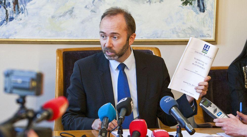 Næringsminister Trond Giske vil gi Altinn 100 millioner ekstra neste år. Det skal sørge for at tjenesten ikke kollapser når folket skal sjekke selvangivelsen og sørge for en rekke nye tjenester.