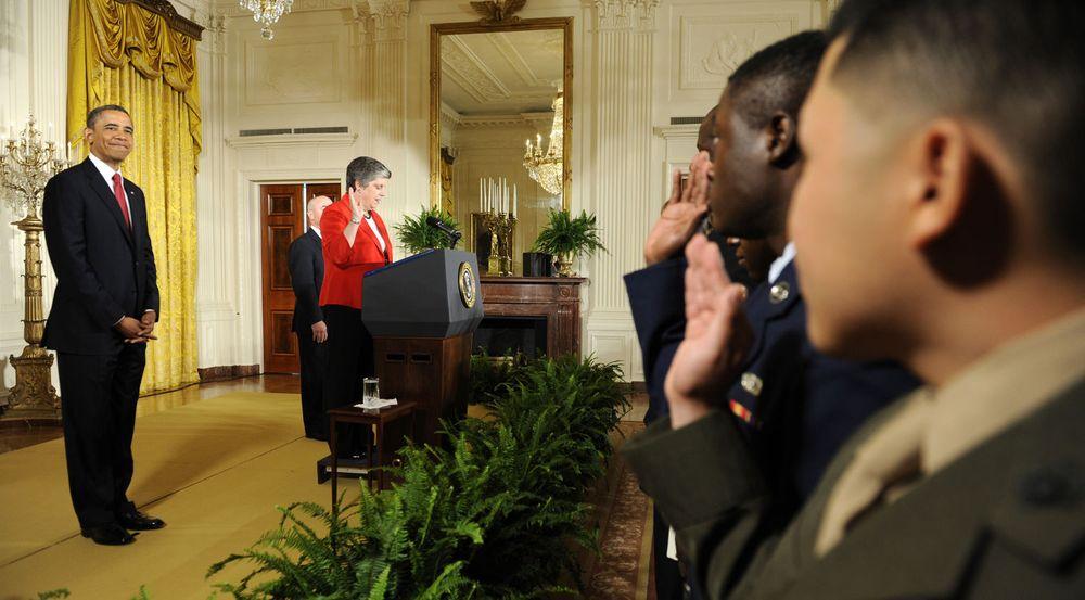 Uten epost: Statsråd Janet Napolitano i departementet for innenriks sikkerhet. Her sammen med USAs president Barack Obama på en tilstelning i Det hvite hus 4. juli 2012.