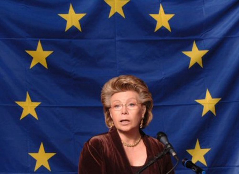 EU-kommissær Viviane Reding refser norske og europeiske teleoperatører. Nå blir det regulering av makspriser.