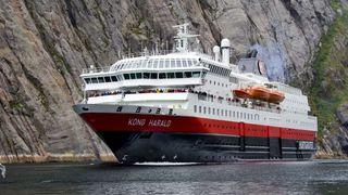 Nå får Hurtigruten landstrøm i Bergen: – Vi hadde ikke tid til å vente. Det får bære eller briste