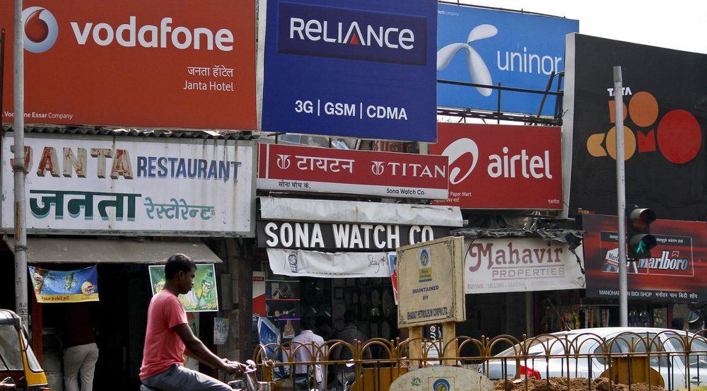 Reklamen i denne gaten i Mumbai gjenspeiler den harde konkurransen i Indias mobilmarked, mellom blant annet Vodafone, Reliance, Uninor, Airtel og Tata Docomo. Gjennomføres nye auksjoner på mobillisenser står flere utenlandske aktører i fare for milliardtap.