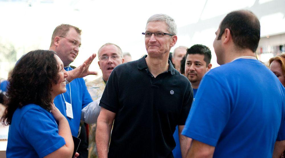 Tim Cook mener 600 000 amerikanske arbeidsplasser er skapt eller er avhengig av Apple. Her er han på besøk i en Apple-butikk i Palo Alto 27. oktober i år.