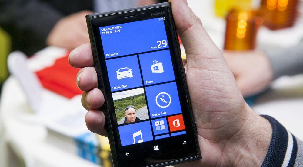 IDC har av uklare årsaker nesten halvert prognosene for hvor stor markedsandel Windows Phone, her representert ved en Nokia Lumia 920, vil få innen 2016.