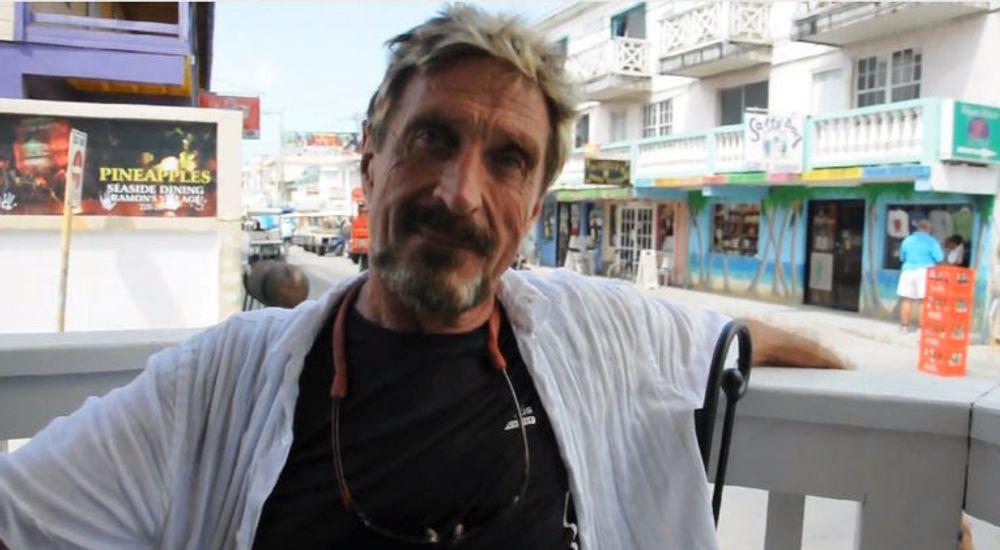 John McAfee dukket opp som troll i eske i Guatemala, der han nå søker asyl. Datapioneren gikk under jorda i tre uker, etter å ha blitt etterlyst i forbindelse med drapet på naboen hans i Belize.