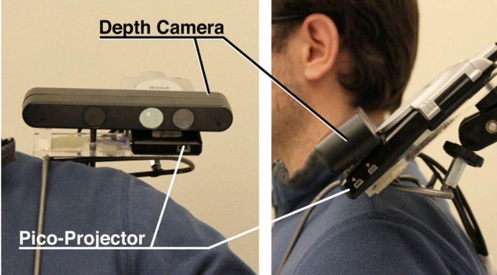 OmniTouch-utstyret består av et dybdekamera og en pico-projektor som monteres på skulderen til brukeren.