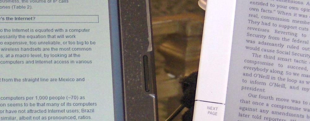 Pixel Qi-skjermen til venstre er i «e-papirmodus» og viser bare gråtoner. Sammenlikn med Kindle-skjermen fra E Ink til høyre. De to skjermene bygger på vidt forskjelllige teknologier.