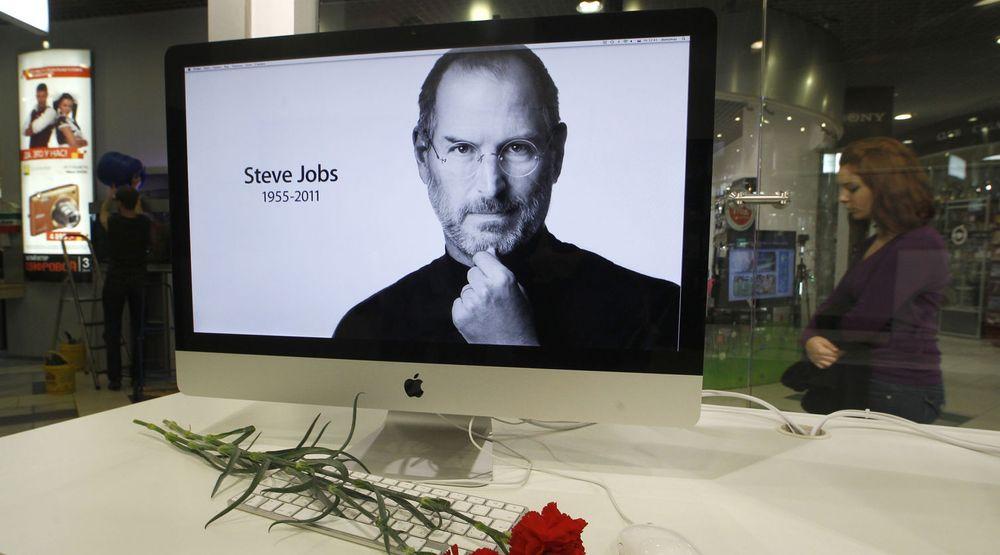 Nyheten om Steve Jobs bortgang beveget en hel verden torsdag.Bildet er fra en Apple-butikk i St. Petersburg.