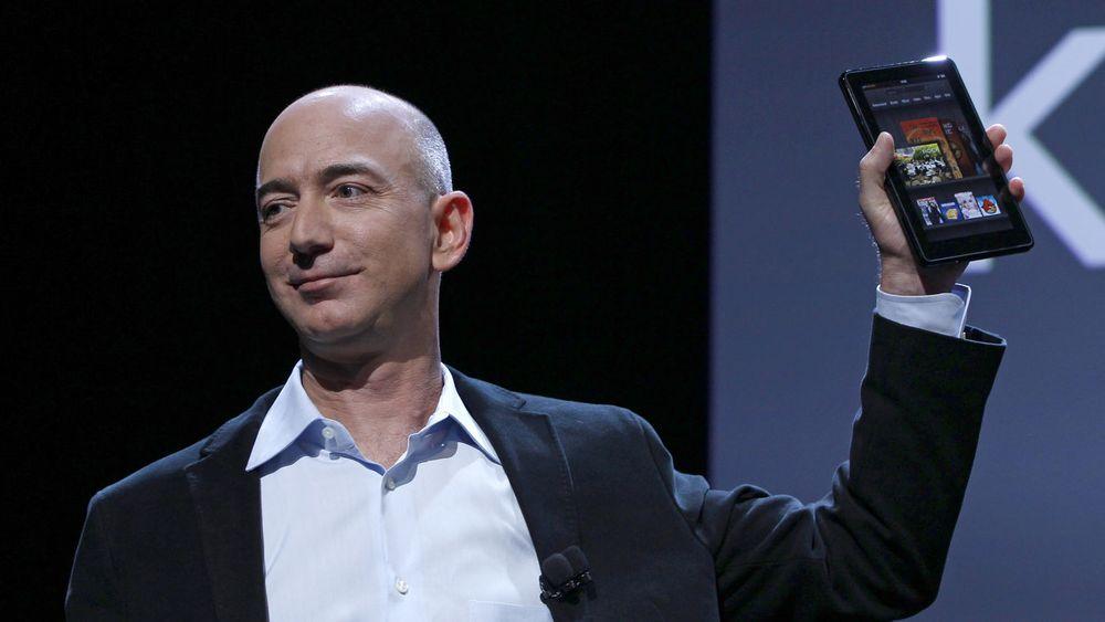 Kindle Fire ser ut til å bli en suksess, skal man tro lekkasjer fra Amazon. Her blir nettbrettet vist frem av Amazon-sjef Jeff Bezos. Bildet er fra lanseringen 28. september i år.