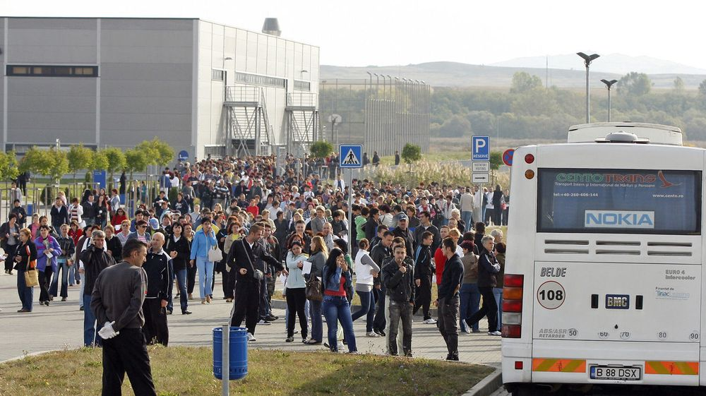 Fortvilte Nokia-ansatte forlater fabrikken i Jucu nær byen Cluj etter et møte om deres andre store nedbemanning på seks måneder. Anlegget stenges bare fire år etter det først åpnet, og her mister nærmere to tusen jobbene sine.
