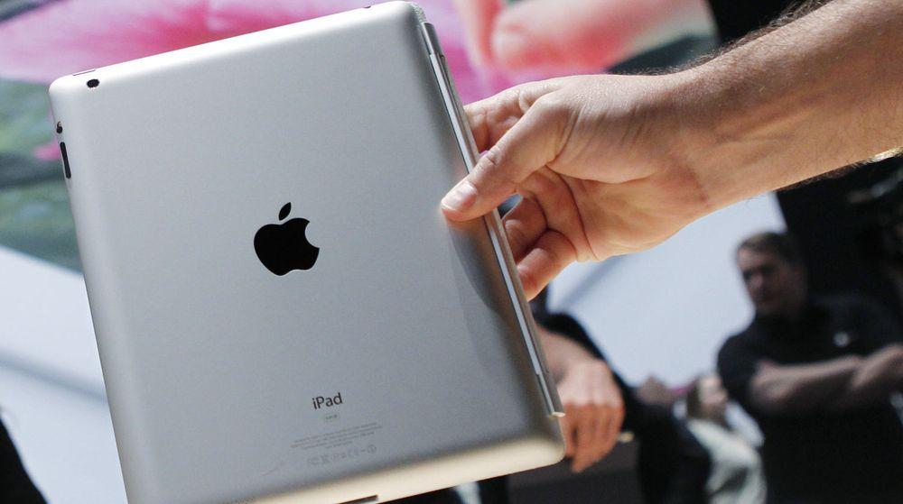 En Apple-ansatt viser fram nye iPad som ble presentert i San Francisco onsdag denne uken.