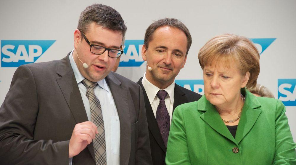 Forbundskansler Angela Merkel på SAP-stand på CeBIT: Hun får en innføring i Hana Oncolyzer fra SAP-sjef Jim Hagemann Snabe (i midten) og Christian Regenbrecht fra Charité, SAPs partner i forskningsprosjektet.