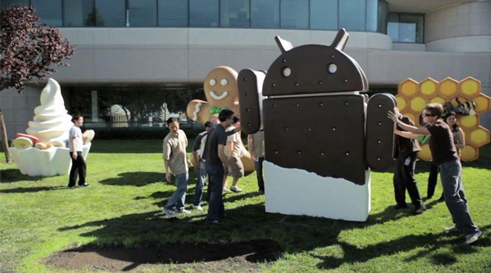Google-ansatte setter opp statuen for Android 4.0 Ice Cream Sandwich på plenen ved Googleplex i oktober 2011.