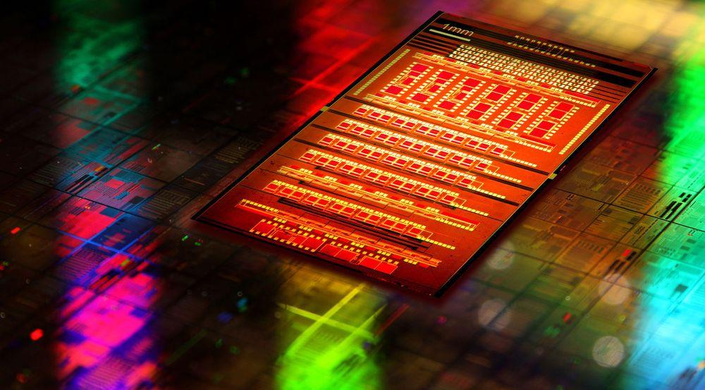 IBMs teknologi for å produsere brikker hvor elektriske og optiske komponenter er integrert i den samme silisiumbiten, begynner å bli klar for kommersialisering.