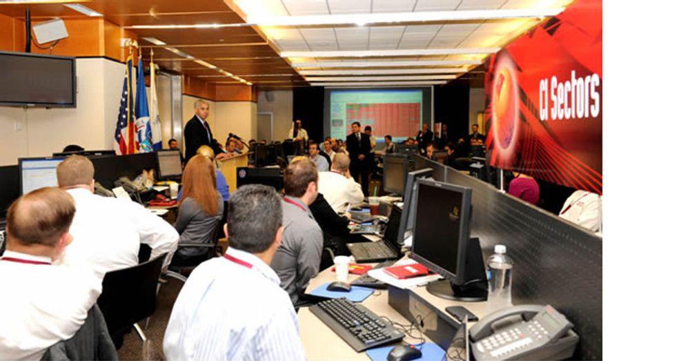 Dette offisielle bildet viser Secret Service-direktør Mark Sullivan mens han talere til deltakerne i kyberkrigøvelsen Cyber Storm III, USAs hittil største.