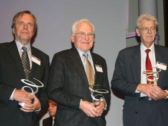 Disse tre spilte en sentral rolle i utviklingen av TCP/IP, protokollen som ligger til grunn for Internett: (fra venstre) Dag Belsnes, Yngvar Lundh og Pål Spilling. Bildet er tatt under utdelingen av Rosings Hederspris i 2010.