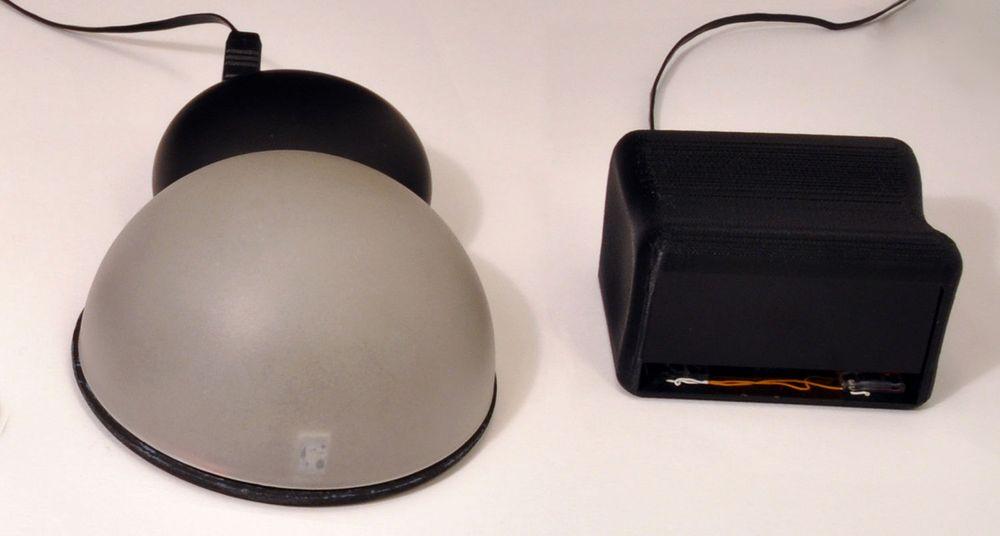 To av de fem prototypene Microsoft presenterer. Den ene har en stor halvkule som man beveger fingrene over. Den andre legger man hånden oppå og beveger fingrene i forkant. Bevegelsene registreres ved hjelp av et kamera og laser.