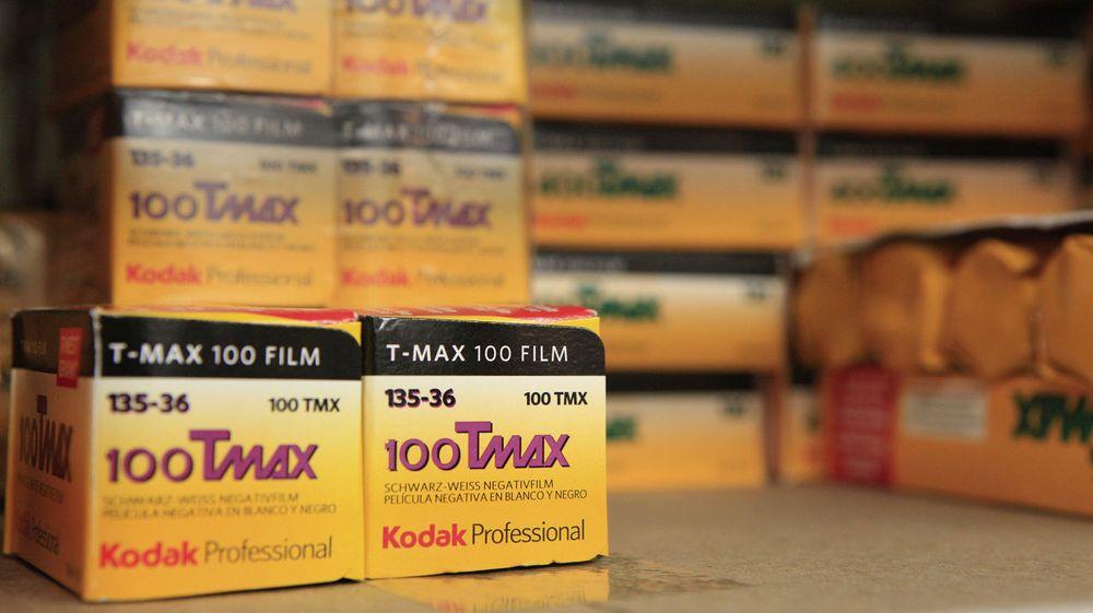 Estman Kodak sliter tungt med inntektene og står på randen av konkurs. Nå håper de at søksmål mot Apple og HTC vil føre til penger i kassen.