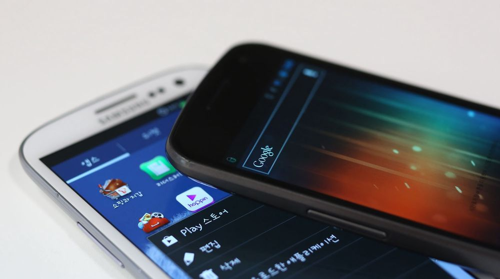 Samsungs store suksess med Galaxy-produktene, her representert ved Galaxy S III (underst) og Galaxy Nexus, oppleves ikke bare som positivt hos Google. Årsaken er at disse produktene fortrenger konkurrerende Android-produkter fra andre leverandører, noe som kan gi Samsung langt bedre kort i framtidige forhandlinger med Google om deling av inntekter og innflytelse.