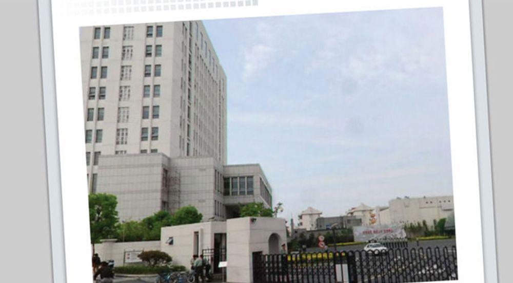 Denne høyblokka i Shanghai huser en av verdens mest avanserte avdelinger for kyberkrigføring og spionasje, ifølge Mandiant. Anlegget ble oppført i 2007 med drøyt 12.000 kvadratmeter fordelt på 12 etasjer. Av bildet ser vi at inngangen er bevoktet av kinesiske militære.