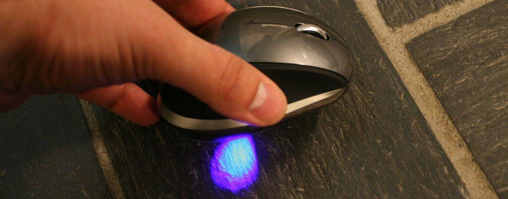 Microsofts patenterte BlueTrack-teknologi er basert på en kraftig blå stråle. Hvis man som her løfter musen litt ser man at strålen er mye mer «samlet» enn tilfellet er ved lasermus.