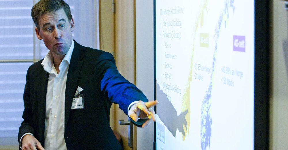 Adm.dir August Baumann i Netcom viser planene om 4G-dekning på møte hos fornyingsminister Rigmor Aasrud.