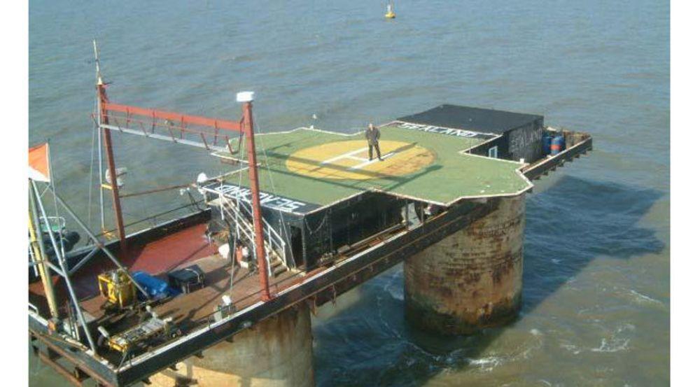 Sealand, en tilårskommen plattform i internasjonalt farvann utenfor Ipswich, huset i årene 2000 til 2008 serverparken til den frimodige nettjenesten HavenCo. Her poserer prins Mikael på det selverklærte fyrstedømmets helikopterplattform.