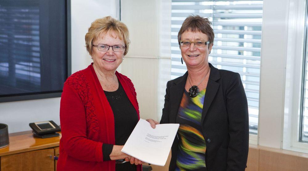 Samferdselsminister Magnhild Meltveit Kleppa fikk onsdag overlevert en rapport fra utvalget som skulle finne en modell for hvem som skal dekke kostnadene ved å implementere datalagringsdirektivet.