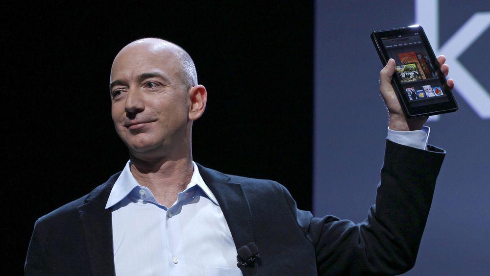 Resultatene til Amazon skuffet stort i fjerde kvartal, selv om selskapet har solgt svært mange Kindle Fire-nettbrett. Her poserer selskapets toppsjef og gründer, Jeff Bezos, med selskapets nettbrett under lanseringen i fjor høst.