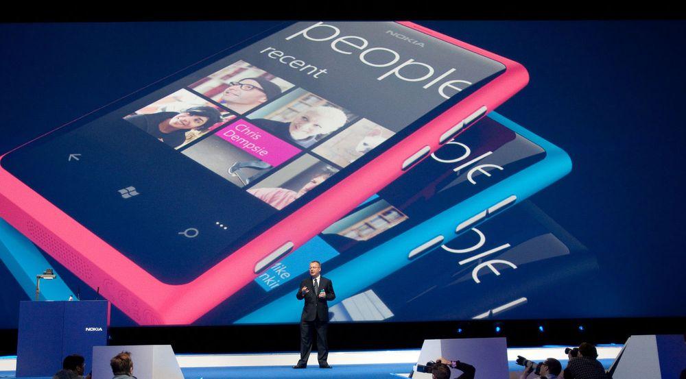 Nokia-sjef Stephen Elop kan glede seg over at selskapets salg av smartmobiler stiger igjen. Selskapet har solgt over 1 million Windows Phone-mobiler, men foreløpig utgjør dette bare  en mindre andel av selskapets totale salg av smartmobiler.