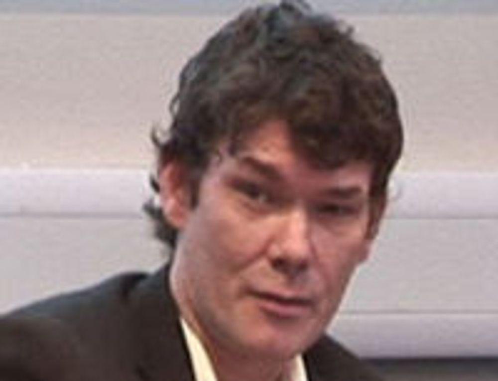 Janis Sharp har engasjert seg for sin sønn, og spilt en vesentlig rolle i å få opposisjonspartiene i nasjonalforsamlingen til å slutte opp om kravet om at McKinnon må stilles for retten i Storbritannia i stedet for å utleveres til USA.