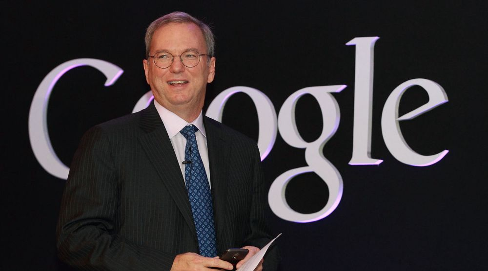 Google forsikrer at styreleder Eric Schmidt ikke er på vei ut, selv om han selger seg ned.