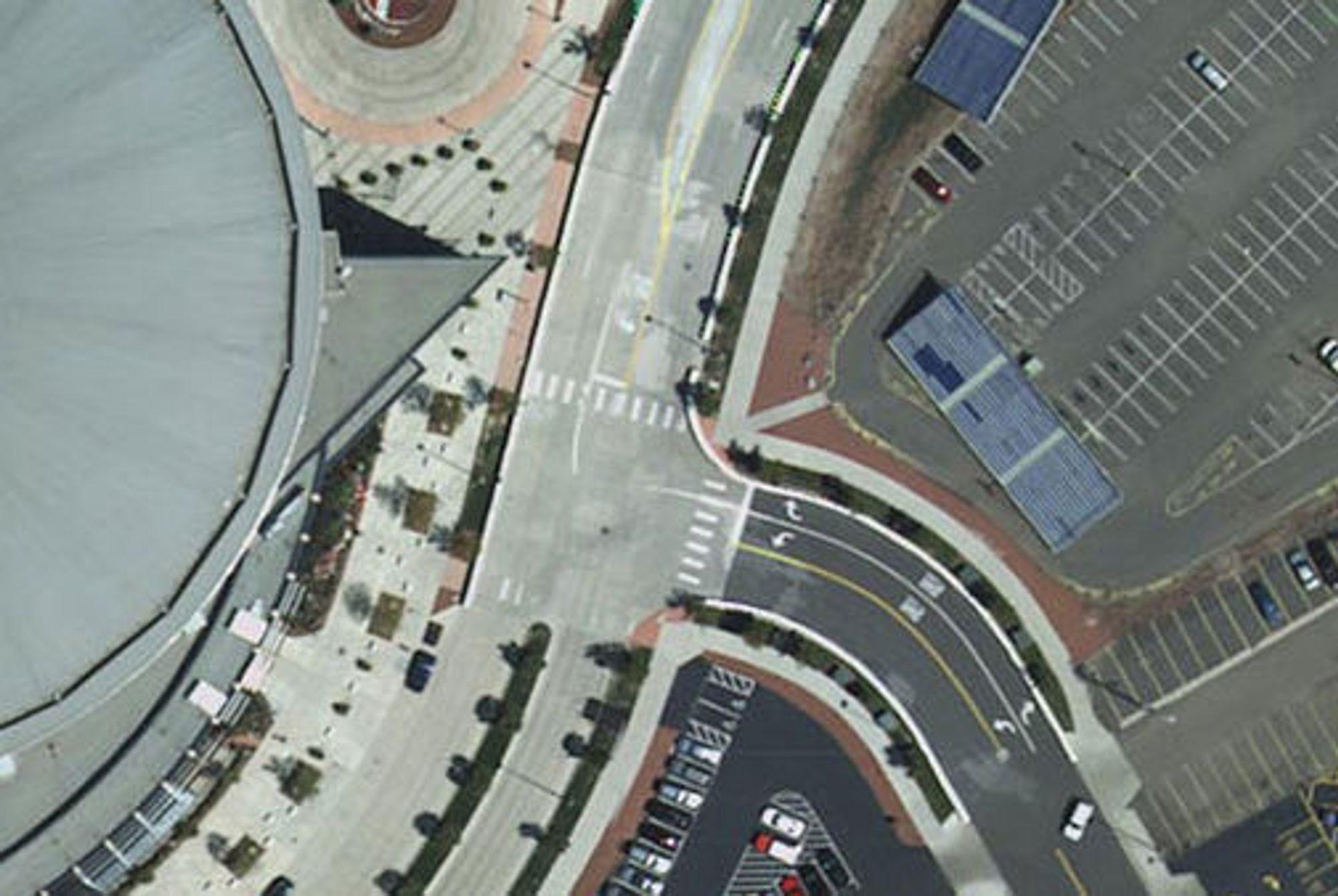 Flyfoto med 50 cm oppløsning. Til venstre på bildet er Pepsi Center i Denver, Colorado. Foto: GeoEye