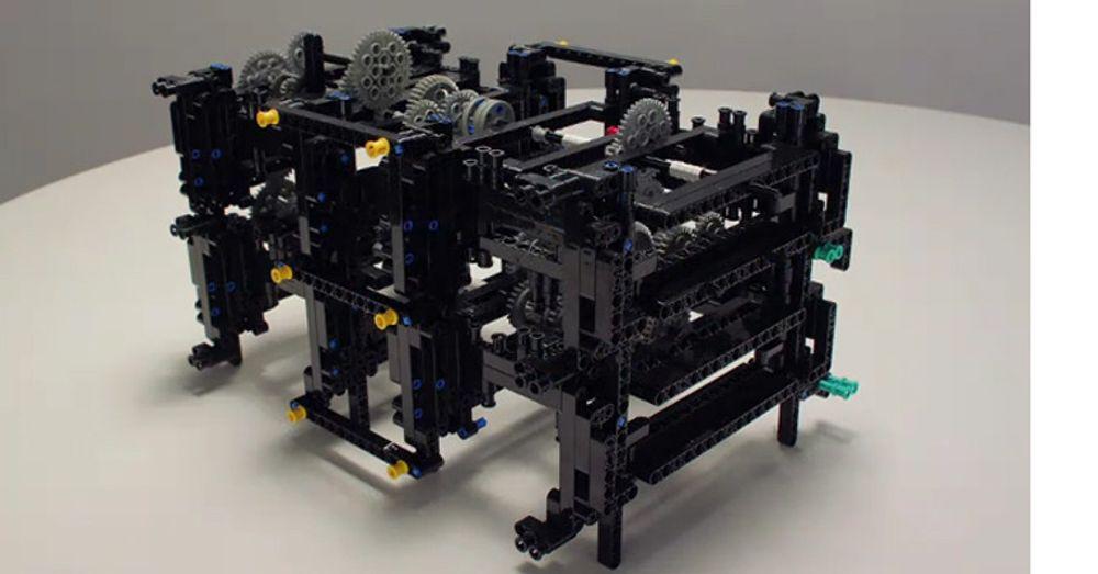 Det tok Andrew Carol 30 dager å sette sammen 1500 Lego Technics-biter for å lage en fungerende kopi av Antikythera.