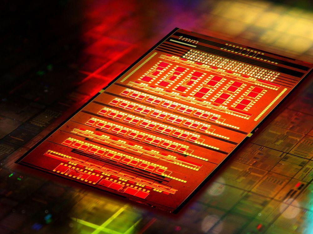 IBMs silisiumbaserte nanofotonikk gjør det mulig for databrikker å kommunisere seg i mellom og internt ved hjelp av lyspulser i stedet for elektriske signaler.