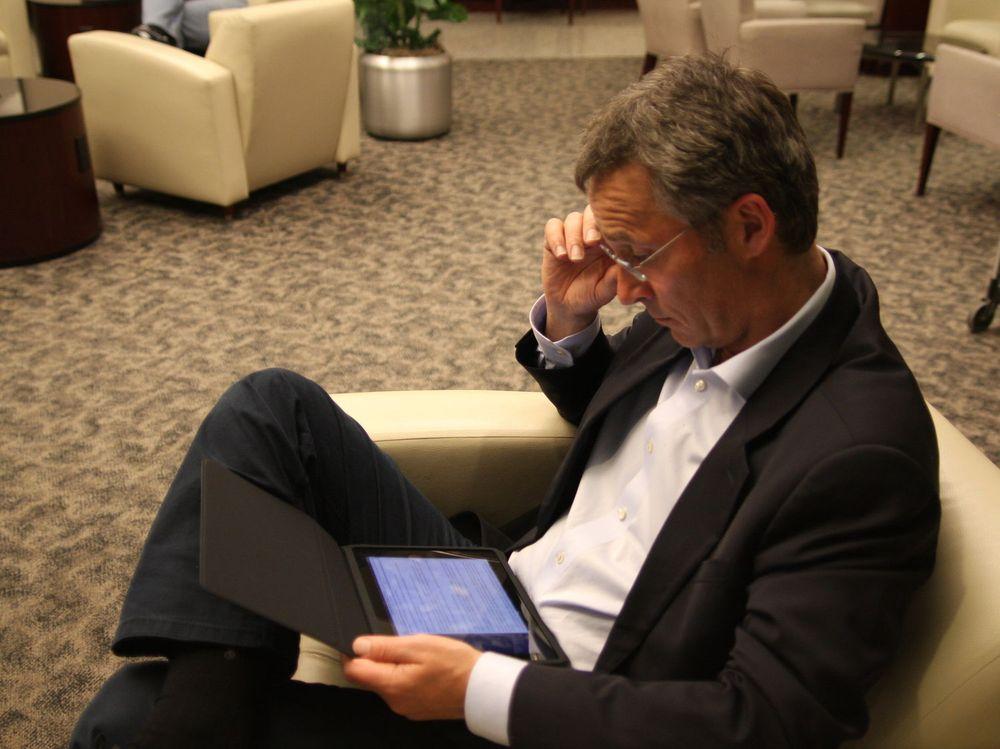 Statsminister Jens Stoltenberg er ivrig bruker av nye tjenester og IT-verktøy, her en iPad.