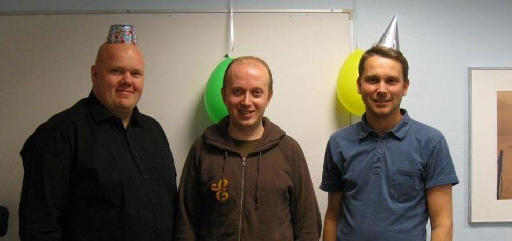 Nettpionerer feirer femten år. Fra venstre: Harald Paulsen, Henrik Dramstad og Lars Nøring. Øystein Homelien, den fjerde gründeren var dessverre ikke til stede når bildet ble tatt. (Foto: selskapet)