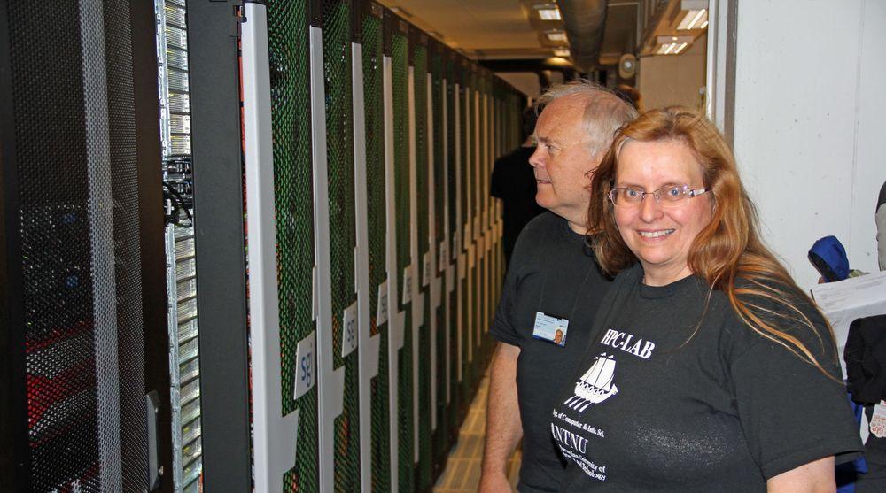 Anne Cathrine Elster og Arve Dispen ved rekken av racks som utgjør superdatamaskinen Vilje.