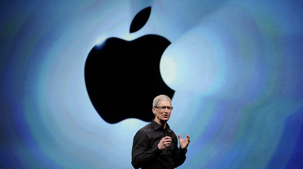 Apple-topp Tim Cook (bildet) og den nye sjefen for iOS, Eddy Cue, er igang med å rydde i ledelsen. Nå har den ansvarlige for Apples kartfiasko fått sparken, melder Bloomberg News.