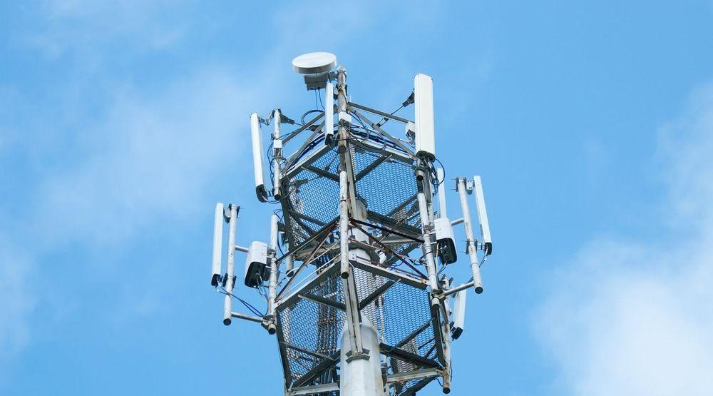 Tre mobilselskap får nå like store deler av frekvenskaken i 2 gigahertz-båndet. Det store «bikkjeslagsmålet» om frekvenser i 900, 1800 og 800 MHz-båndet gjenstår imidlertid.