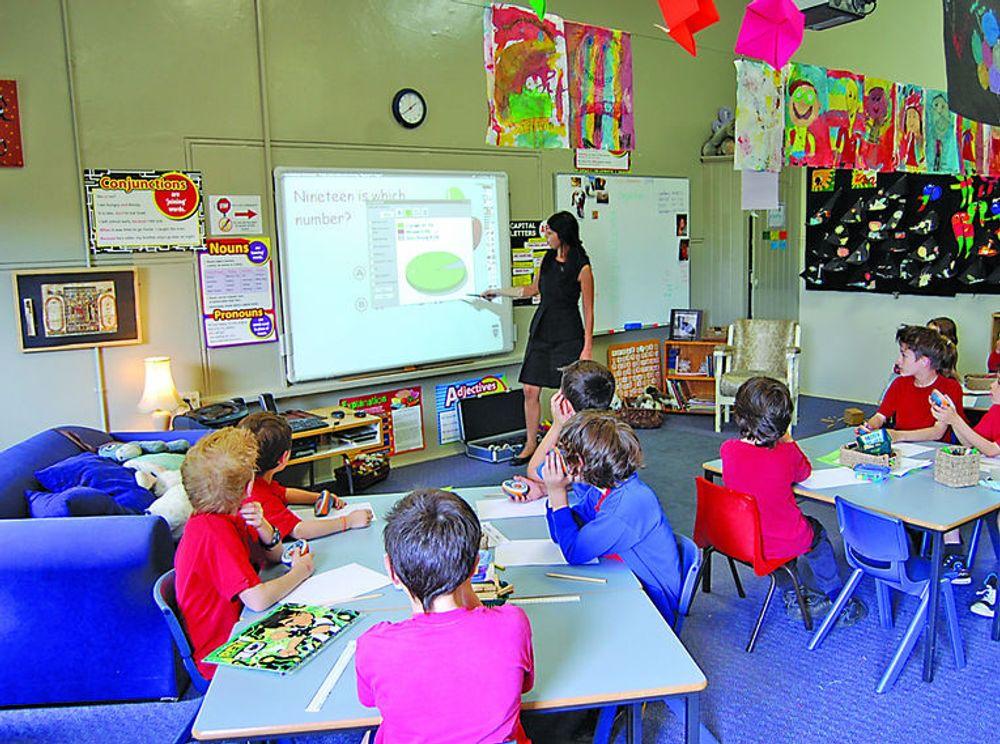 Prometheans interaktive tavler gjenoppretter lærerens rolle som midtpunktet i undervisningen, samtidig som elevene aktiviseres langt mer enn med tradisjonell undervisningsteknologi som tavle og kritt.