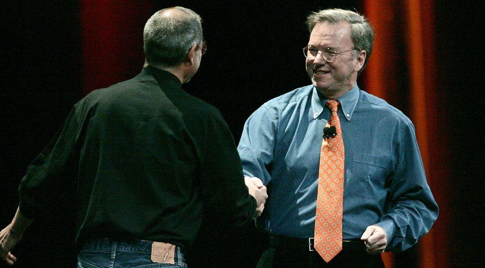 Android forsuret forholdet mellom dem: Her gratulerer Googles daværende toppsjef Eric Schmidt (til h.) Steve Jobs rett etter avdukingen av iPhone i januar 2007.