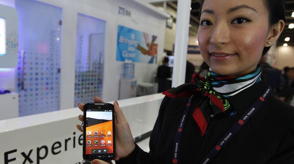 Det kinesiske markedet for smarttelefoner er glodhett. Her poserer en kinesisk kvinne med ZTE sin nyeste modell på en mobilkonferanse i Hong Kong tidligere denne måneden.